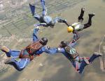 Парашютисты парашютного клубу ДОСААФ «7-е небо» над пос. Новонежино